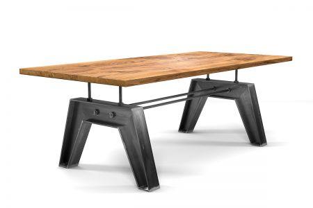 Industriedesign Esstisch nach Maß aus charaktervoller Eiche mit Astanteil gefertigt.