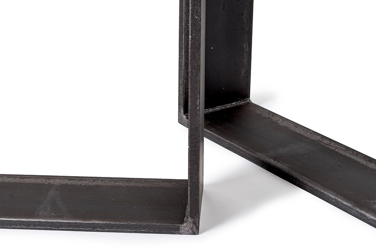 Tisch Kufen aus vollmassivem Eisen mit sichtbaren Schweißnähten