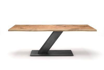 Wildeiche Esstisch mit Baumkante und einem Mittelfuß aus Stahl gefertigt