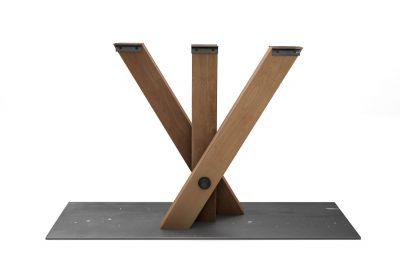 Mittelgestell aus Buche mit gekreuzten Beinen  und einer Bodenplatte aus massivem Stahl