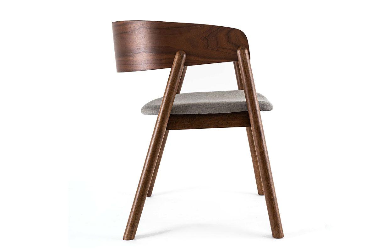 Maserung perfekt in Szene gesetzt: Moderner Holzstuhl von der Seite