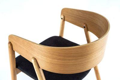 Heller Holzstuhl mit gemütlicher Sitzfläche aus einem dunklem Stoffbezug